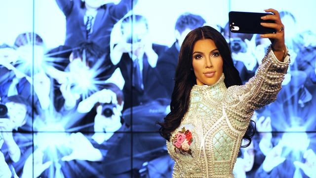 Kim Kardashian trots op wassen beeld