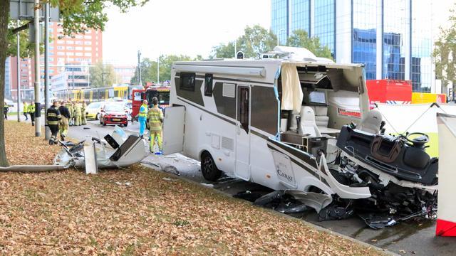 Persoon overleden door botsing tussen camper en tram in Utrecht.