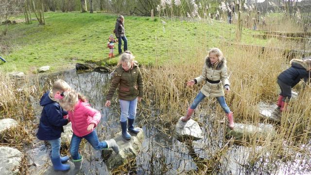 Kinderen doen ideeën op voor natuurspeelplaats