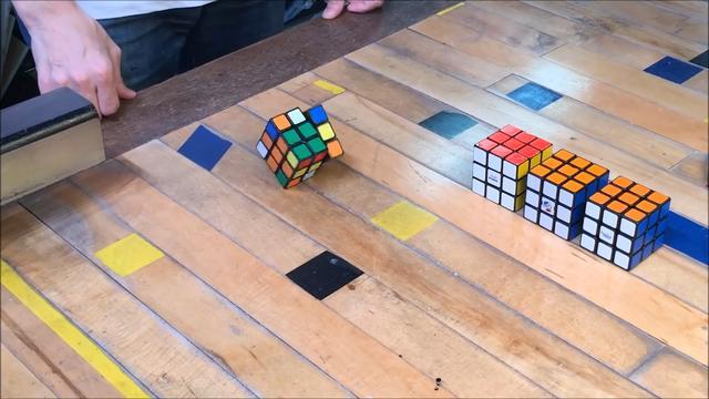Deze Rubiks kubus lost zichzelf op
