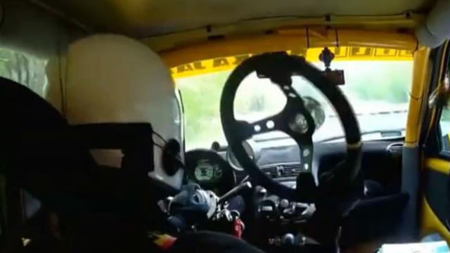 Coureur rijdt race uit zonder stuur