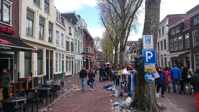Lege plekken op de vrijmarkt tijdens Koningsdag in Utrecht
