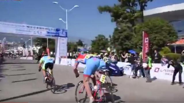 Bizarre crash bij Chinese wielerkoers door blunder organisatie