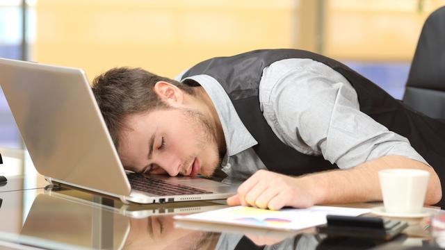 Snurken naast je collega: 'De powernap moet zo gewoon worden als wandelen'