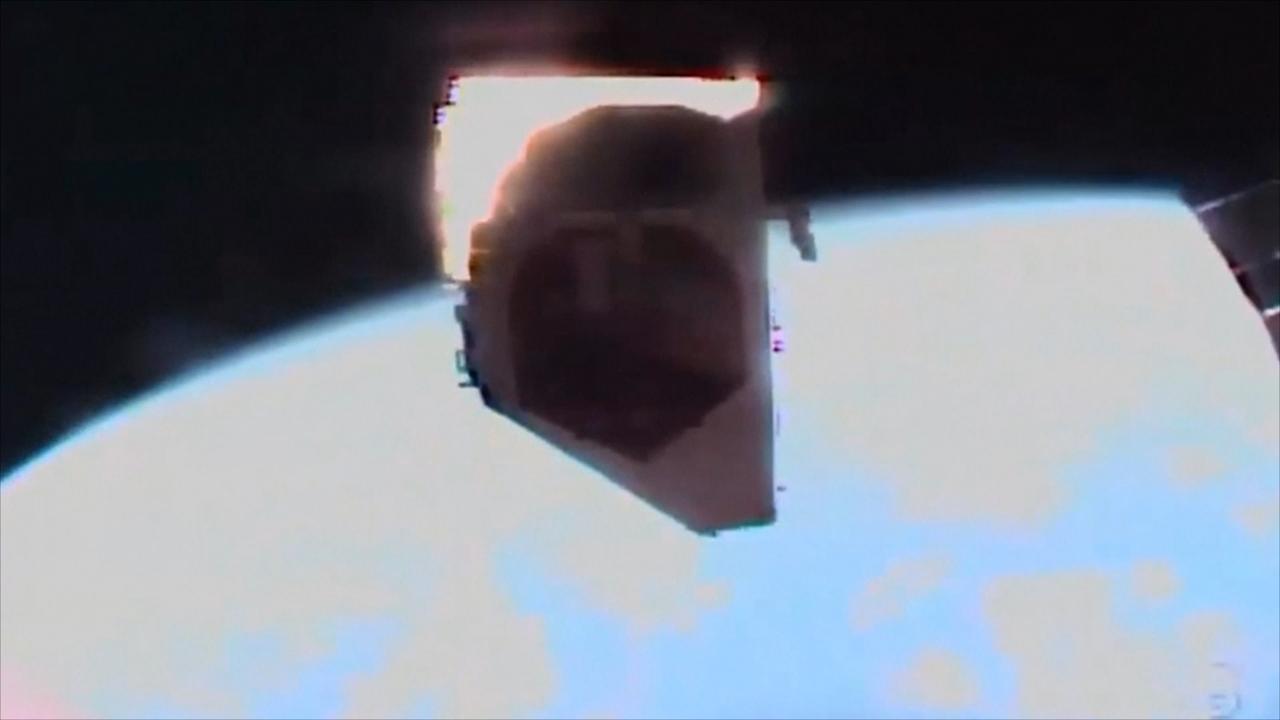 Astronaut koppelt onderdeel los bij reparatie aan ISS