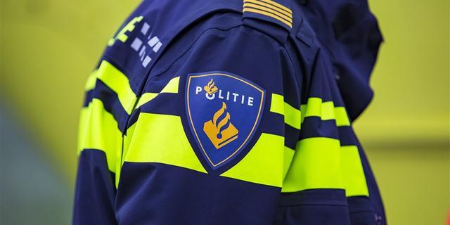 Man met steekwond aangetroffen bij flat in Amsterdam-Zuidoost