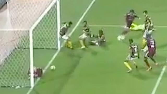 Geblesseerde speler voorkomt goal vanaf de goallijn in Saudi-Arabië