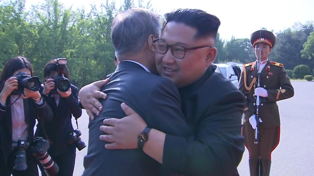 Leiders Korea's omhelzen elkaar tijdens onverwachte ontmoeting