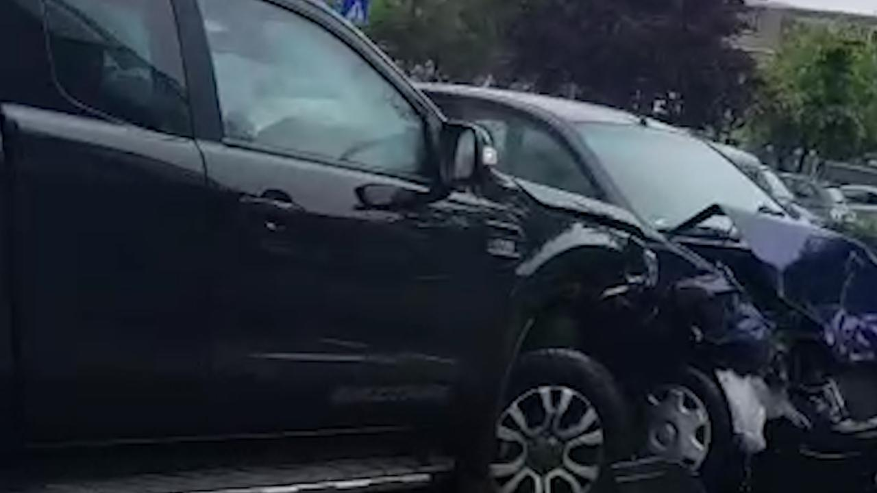 Man in pick-uptruck ramt meerdere auto's in Rotterdam