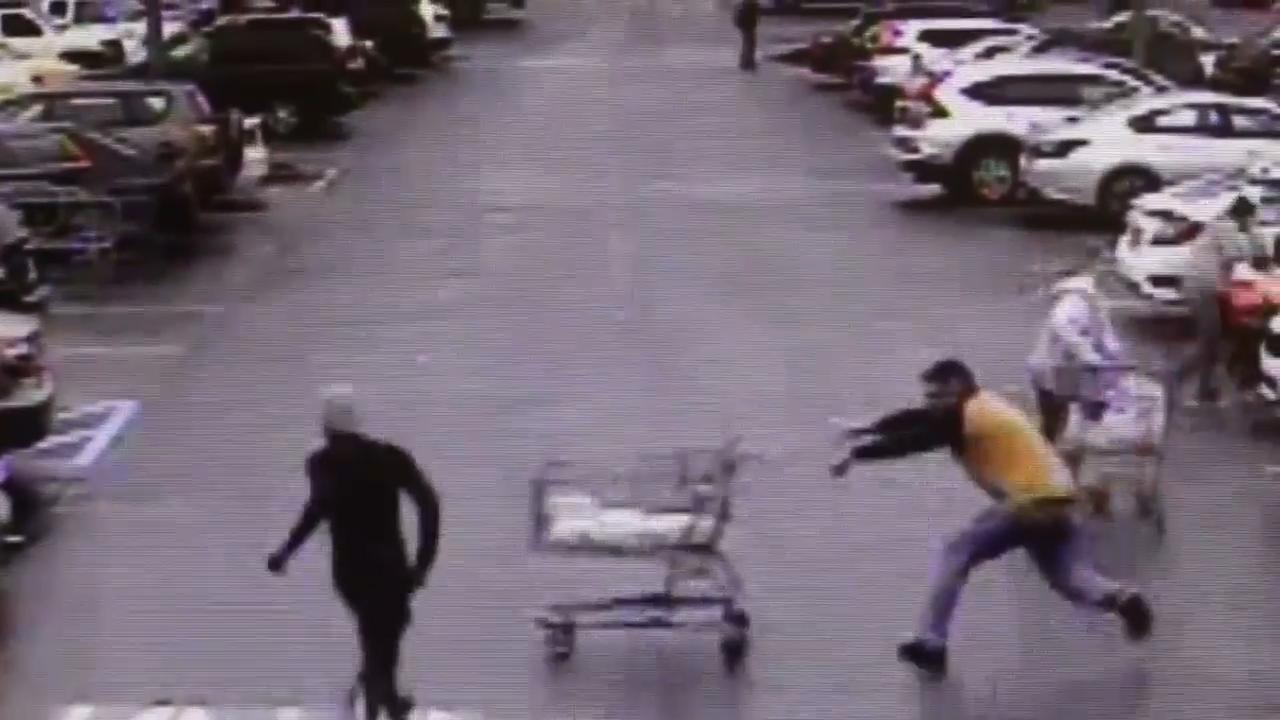 Omstanders duwen winkelwagen voor vluchtende dief