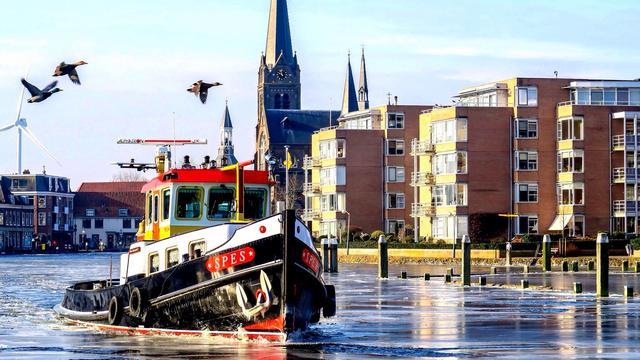 IJsbreker breekt vaarroute Leiden en Rotterdam open voor binnenvaart