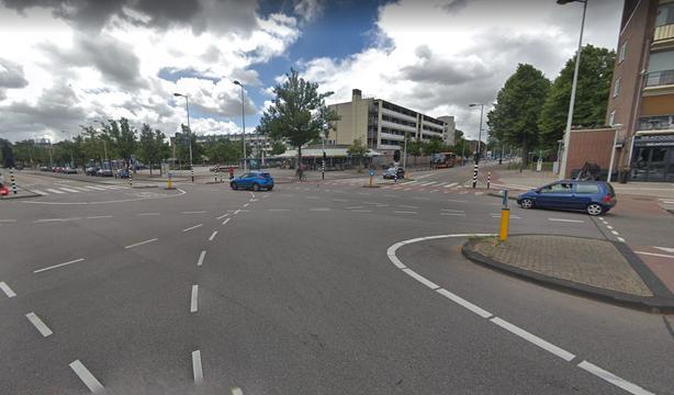 Veel blikschade na botsing tussen twee auto's in Slotervaart