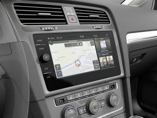 De e-Golf Touch heeft ook wifi en kan draadloos smartphones opladen