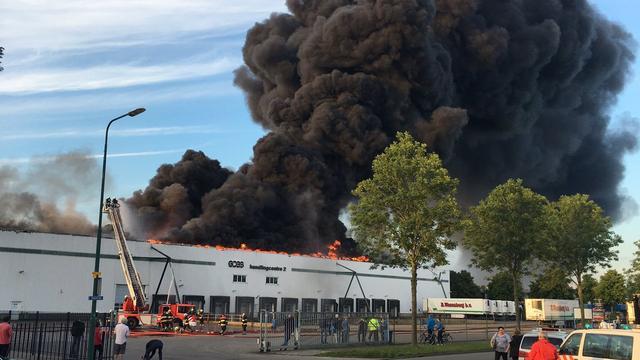 Grote brand in bedrijfspand De Meern laait weer op