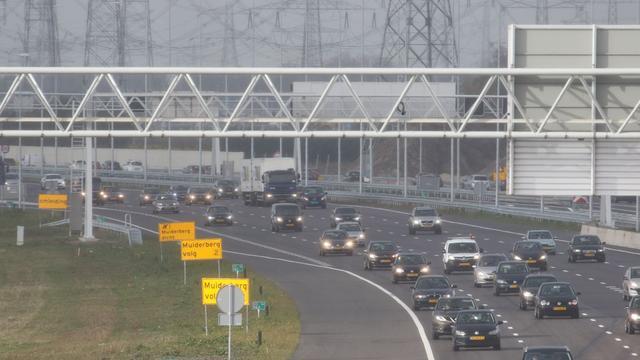 A1 richting Amsterdam korte tijd afgesloten door ongeluk.
