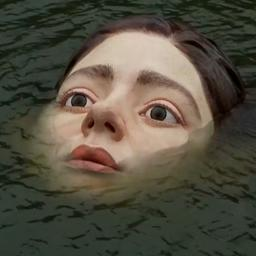 Video | Kunstenaar zet onverwachts beeld van verdrinkend meisje in Spaanse rivier