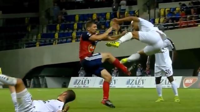 Rood voor verdediger na karatetrap in voorronde Champions League