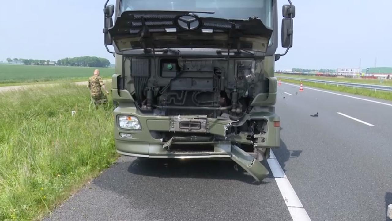 Persoon overleden nadat militaire vrachtwagen op file inrijdt