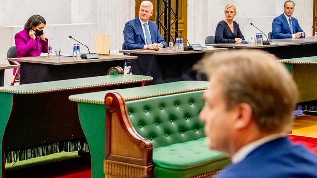 Kamervoorzitter Khadija Arib (links) neemt het rapport Ongekend onrecht aan van commissievoorzitter Chris van Dam (tweede van links), op de voorgrond CDA-Kamerlid Pieter Omtzigt.