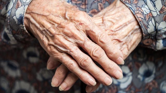 Demente vrouw achtergelaten in tillift boven toilet