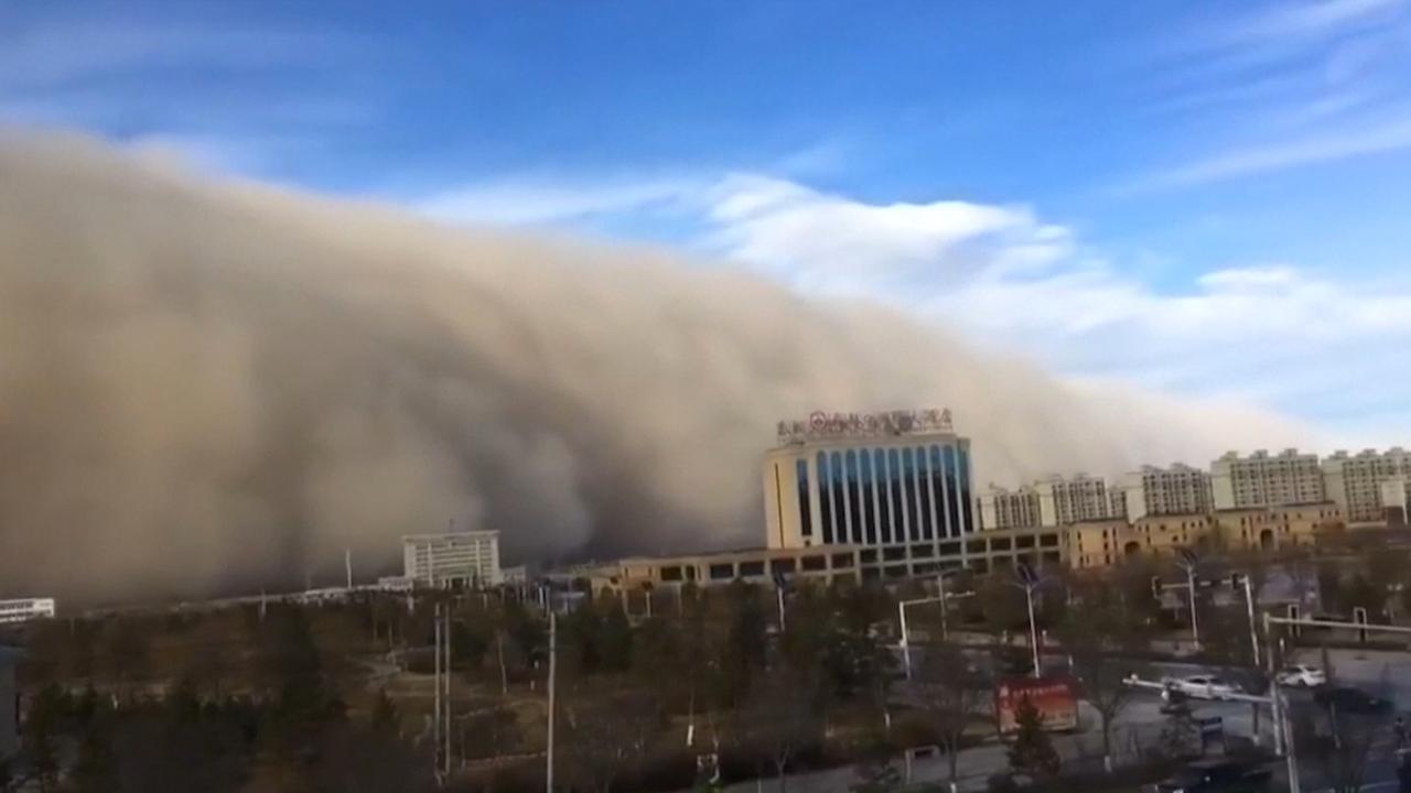 Enorme zandstorm 'overspoelt' Chinese stad Zhangye