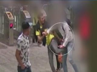 Mannen zetten slachtoffer klem en rollen hem daarna van telefoon