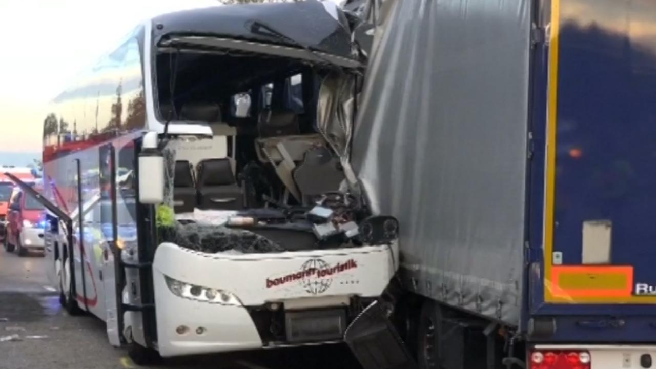 Ravage op Duitse weg na botsing toeristenbus en vrachtwagen