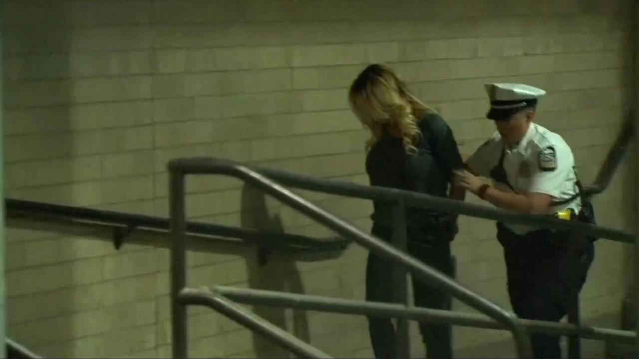 Agenten brengen Stormy Daniels naar gevangenis