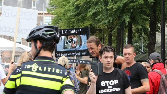 Arrestaties verricht en agent gewond bij coronaprotest in Den Haag