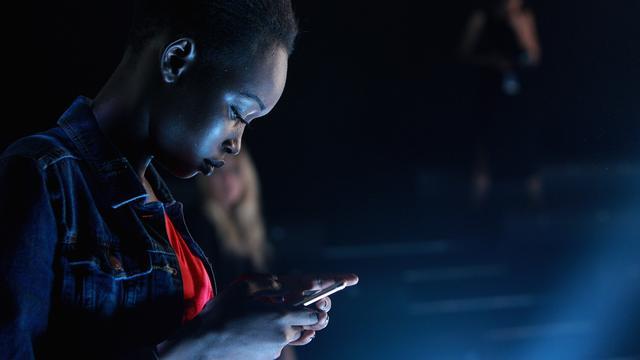 NUcheckt: Waarom de nachtmodus van je telefoon je mogelijk niet helpt