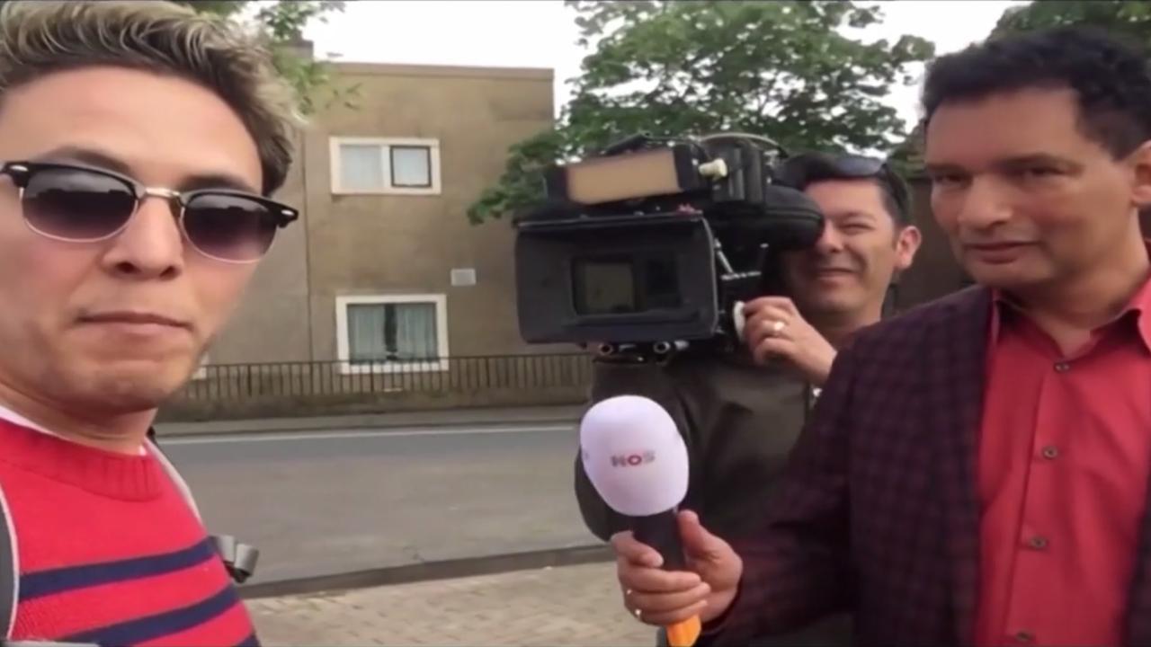 Cameraman NOS-verslaggever Gerri Eickhof deelt trap uit