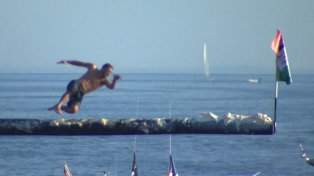 Deelnemers hard onderuit tijdens 'Crazy Greasy Pole'-wedstrijd in VS