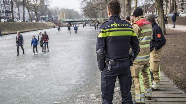 Hulpdiensten verzoeken schaatsers op Catharijnesingel Utrecht het ijs te verlaten