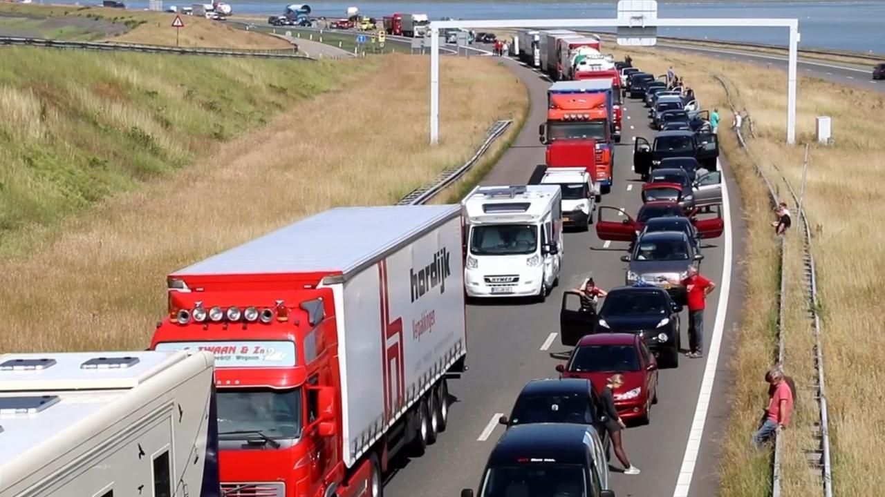 Automobilisten uren vast door storing Afsluitdijk