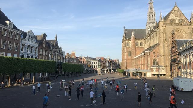 Haarlemmers demonstreren tegen besluit om geen vluchtelingen op te vangen