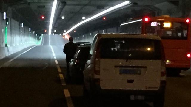 Coentunnel richting Zaanstad enige tijd ontruimd vanwege autobrand