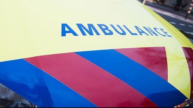 Bestuurder snorscooter gewond na aanrijding op Overtoom