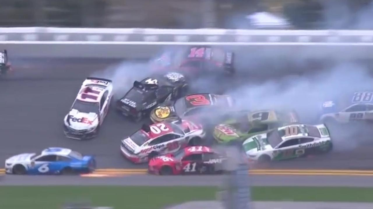 Bijna alle deelnemers Clash at Daytona betrokken bij enorme crash