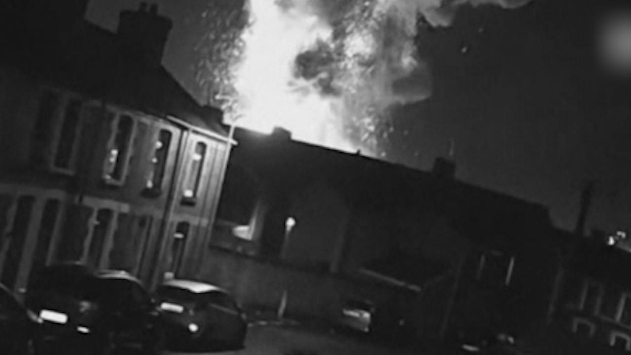 Beveiligingscamera filmt enorme explosie bij Britse staalfabriek
