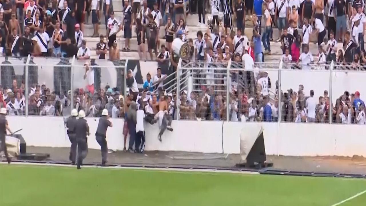 Voetbalfans Brazilië stormen veld op bij dreigende degradatie