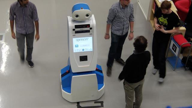 Robot wijst passagiers op Schiphol de weg
