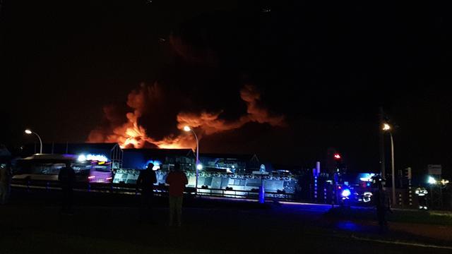 Grote brand verwoest deel bedrijfspand Den Hoorn