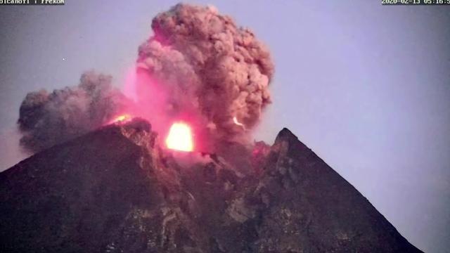 Kijken: Bliksem bij uitbarsting vulkaan in Indonesië