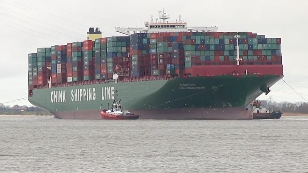 Containerschip CSCL Indian Ocean loopt vast op zandbank