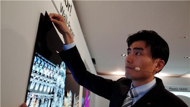 LG toont extreem dunne oled-tv die aan de muur 'geplakt' kan worden
