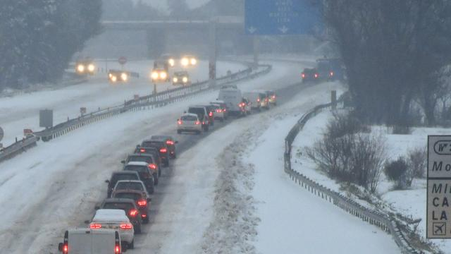 Wintersporters hebben lange vertragingen op Franse snelwegen door sneeuwval