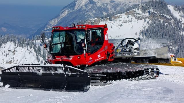 Groot sneeuwschuifvoertuig per ongeluk aan sneeuwloos Duits dorp geleverd