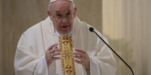 Paus liket foto van schaars gekleed model, Vaticaan stelt onderzoek in