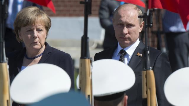 Merkel en Poetin leggen krans bij Graf Onbekende Soldaat in Moskou