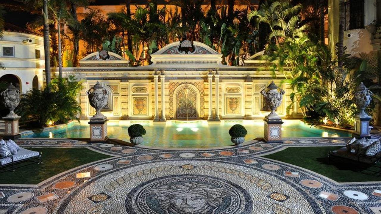 BINNENKIJKEN BIJ: De stylish mansion van Gianni Versace
